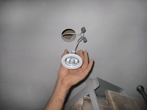 Монтаж светильника в гипсокартонный потолок