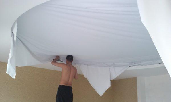 Монтаж тканевого натяжного потолка можно выполнить самостоятельно