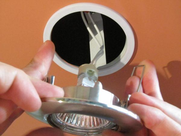 Монтаж точечного светильника в пластиковый потолок