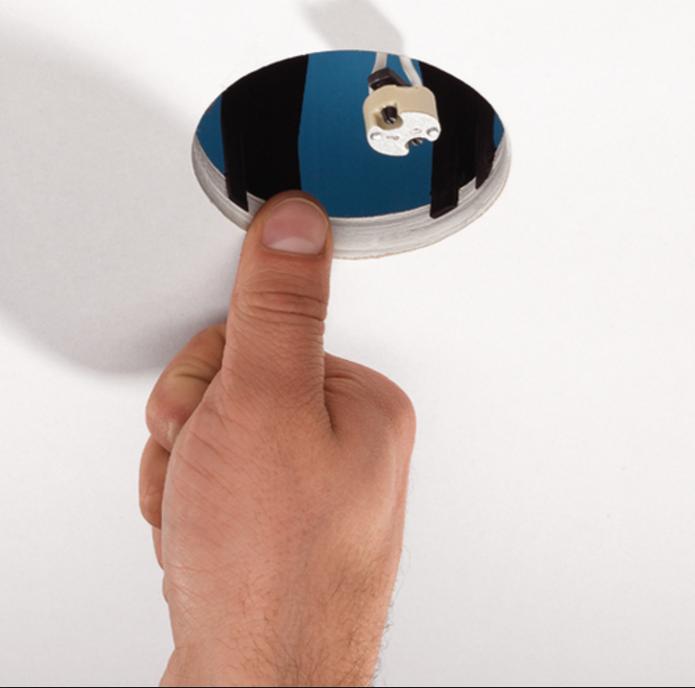 Монтажное отверстие и провод с контактной колодкой