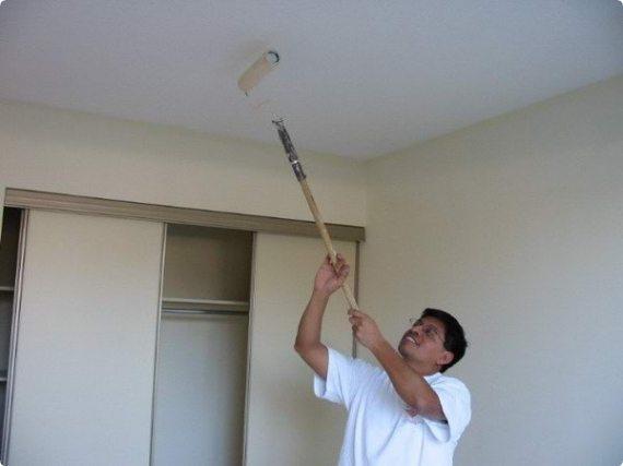Можно использовать малярный валик с длиной ручкой и красить потолок с пола