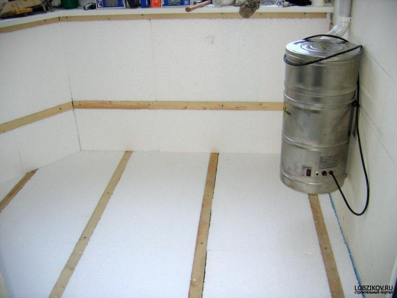 Пенопласт укладывается в пространство между балками.