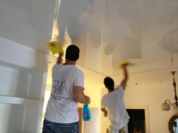 Мытьё глянцевого натяжного потолка своими руками