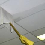 Мытье потолка шваброй