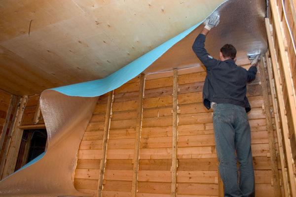 На фото – Теплоизоляция потолка пенофолом