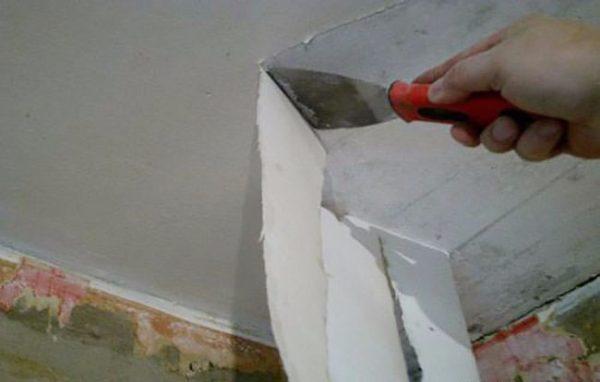 На фото – удаление обоев с потолка