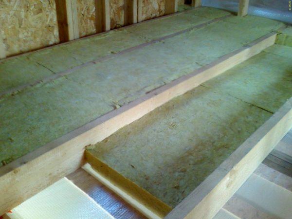 На фото: добротное утепление потолка – обязательная часть работ в любом доме