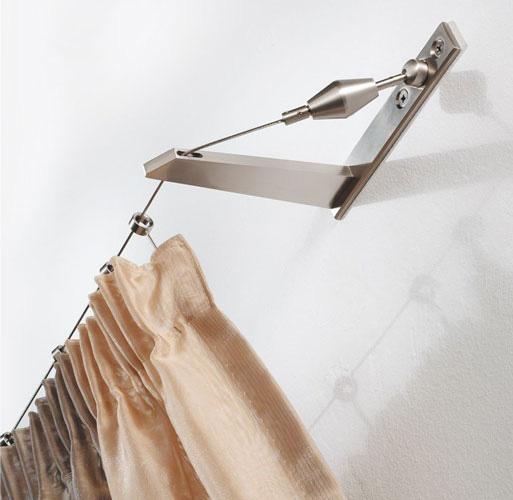 На фото изображен современный метод устройства штор на леску