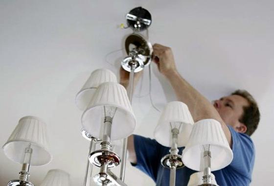 На фото: крепление люстры должно обеспечивать полную безопасность