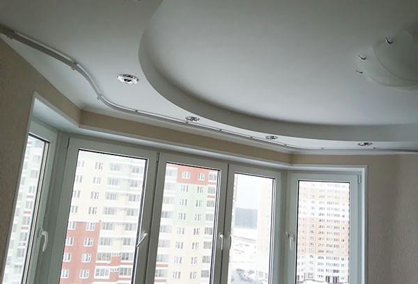 На фото– вариант оформления окна пластичной системой, смонтированной на потолке