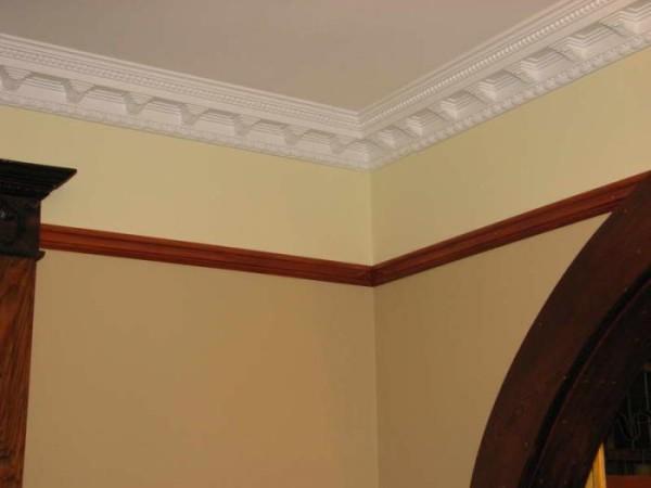 На фото: завершенная отделка потолка полиуретановым декором