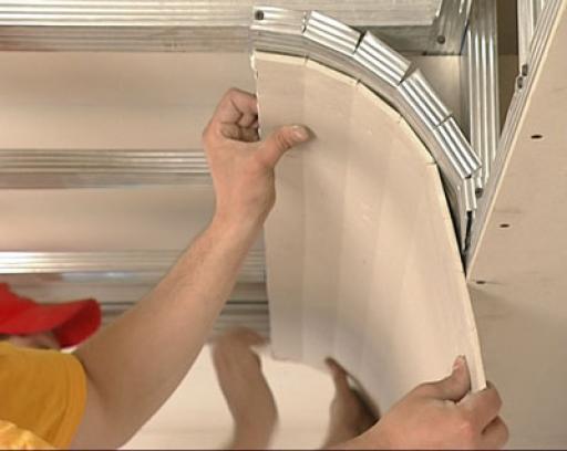 Для крутых изгибов гипсокартон подрезается через 5 см со стороны выпуклости