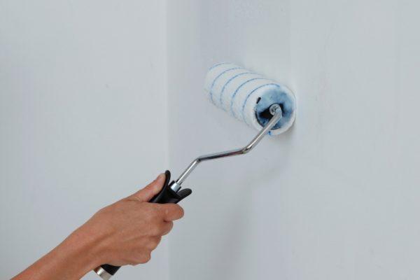 Нанести клей на стену можно малярным валиком