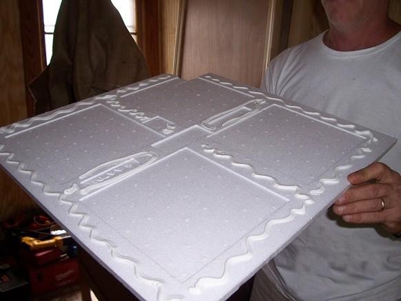 Нанести шпаклевку можно зигзагообразно по периметру и в центре плитки