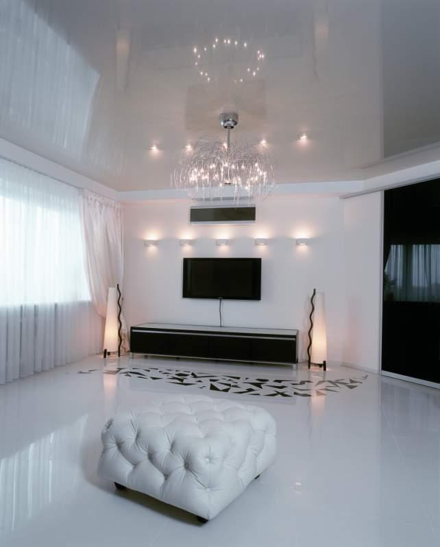 Белый глянцевый потолок – самый практичный из ныне существующих вариантов отделки потолка