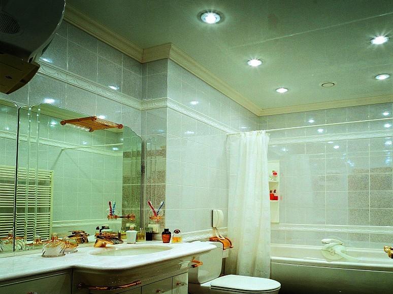 Натяжной глянцевый потолок в ванной – чистота и простор