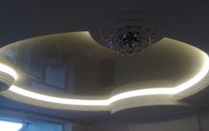 Вдвойне оригинально выглядят натяжные потолки глянцевого типа с красивой подсветкой