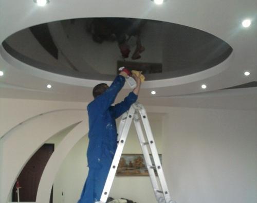 Уход за натяжным потолком очень прост и осуществляется с помощью неабразивной губки или ветоши и щадящего моющего средства