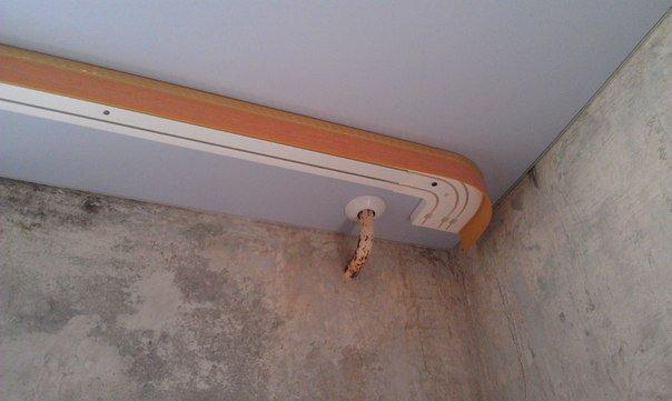 Карниз поверх натяжного потолка