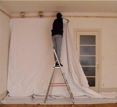 Монтаж натяжного потолка несколько проще в реализации, в том числе и потому, что самостоятельно такие монтажные работы попросту не выполнишь