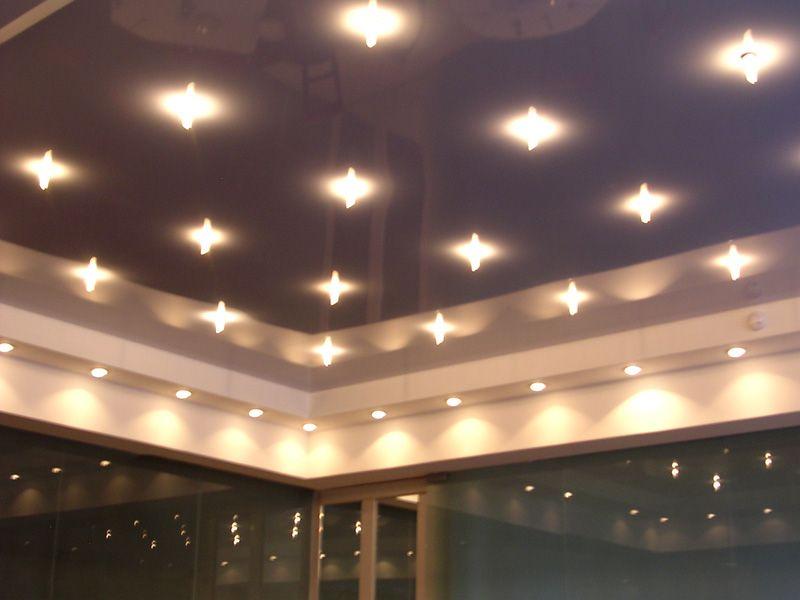 Встроенные в натяжной потолок осветительные приборы