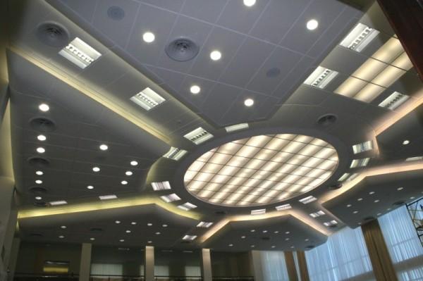 Натяжной потолок с акустическими системами и точечными светильниками