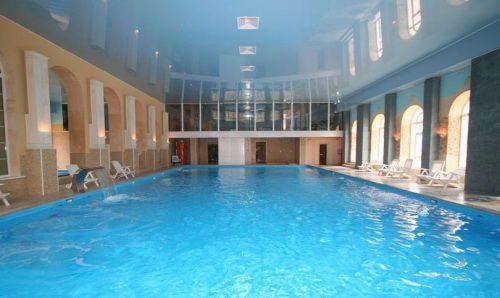 Натяжной потолок с глянцевой фактурой отлично будет смотреться над бассейном