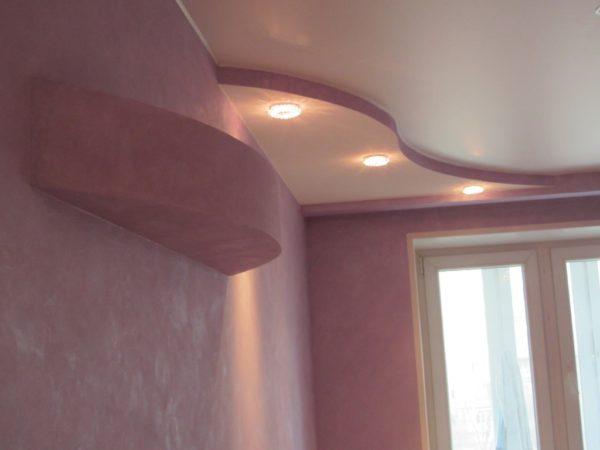 Натяжные матовые потолки красиво смотрятся в комбинации с гипсокартонными конструкциями