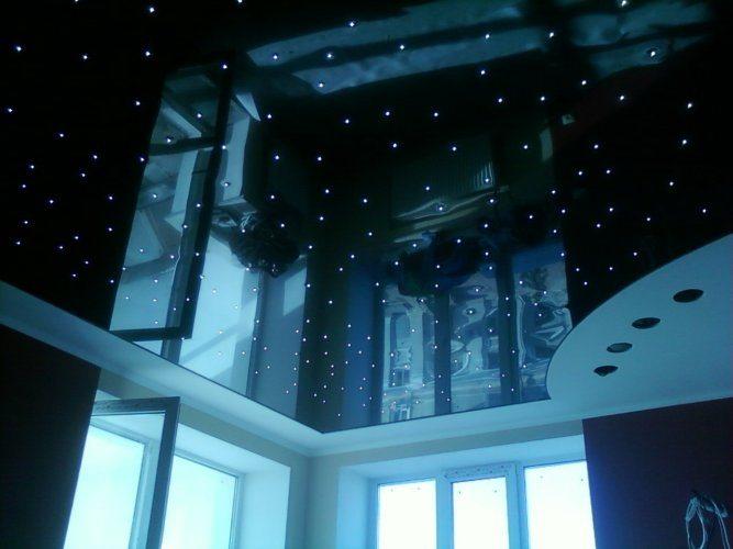 """Особняком стоят потолки """"звездное небо"""" с выведенными наружу световодами. Они продаются как комплексное решение, с фиксированной стоимостью метра."""
