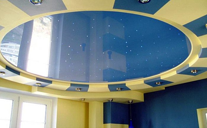 Потолок нейтрального синего цвета