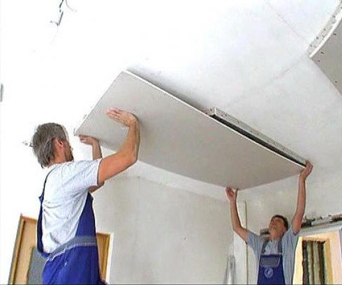 Потолки из гипсокартона легче монтировать вдвоем, хотя при желании они могут быть установлены в одиночку
