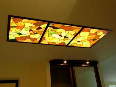 Вместо зеркал или металлических кассет в потолок можно встроить цветное или витражное стекло