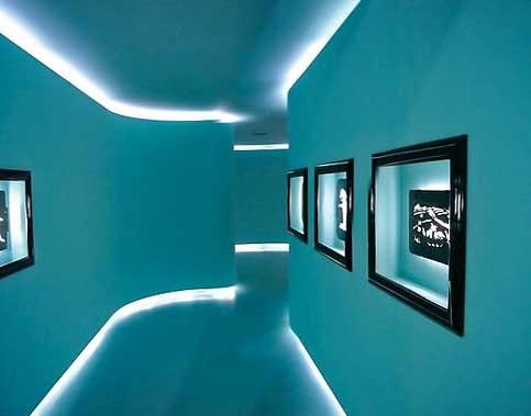 Как подсветка влияет на восприятие довольно узкого коридора - вы видите сами.