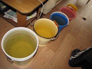 Приготовьте как можно больше ёмкостей для слива воды