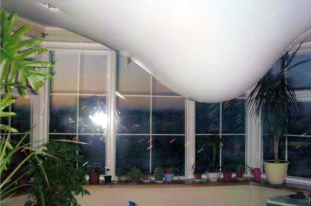 Какие потолки лучше ПВХ или тканевые решать вам. На картинке наглядный пример того, как потолок из пленки ПВХ удерживает большое количество воды в случае затопления