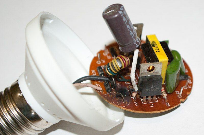 Внутри энергосберегающей лампы сравнительно сложная схема, которая боится высокой влажности.