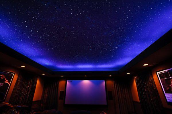 Натяжные потолки с подсветкой «звёздное небо» смотрятся потрясающе
