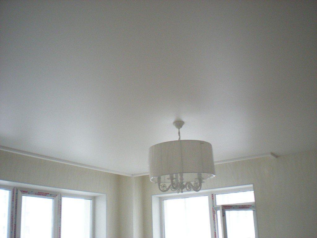 Белый сатин: натяжной потолок из сатина белого цвета выглядит очень красиво и уютно