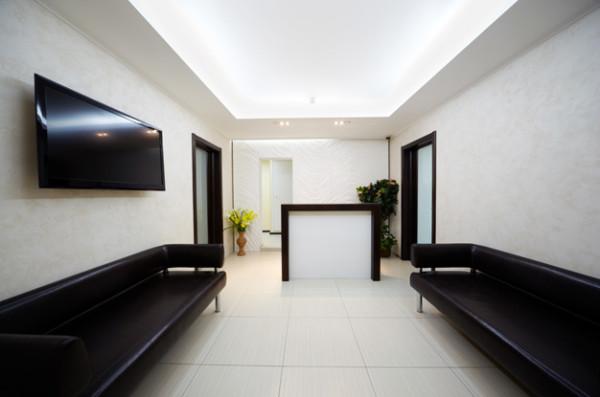 Натяжные потолки в офисных помещениях при умелой подсветке работают не только на дизайн помещения, но и на престиж самого учреждения