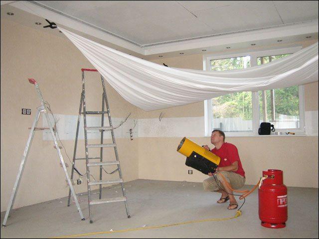 Процесс горячего монтажа натяжных потолков