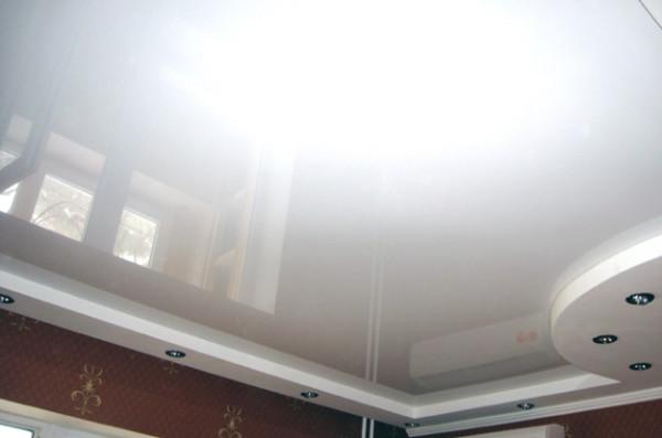 Натяжные потолки заставляют пересмотреть весь подход к дизайну помещений и сделать потолок его равноправным участником