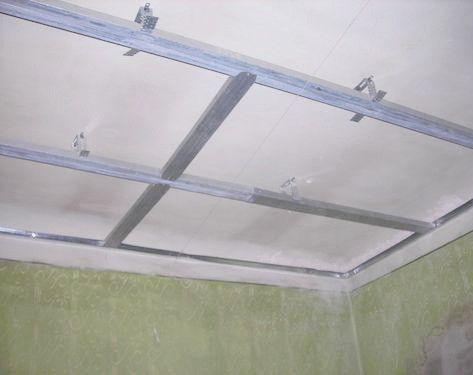 Ребра жесткости на каркасе навесного потолка