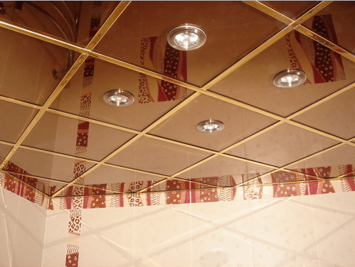 Навесной зеркальный потолок в ванной комнате