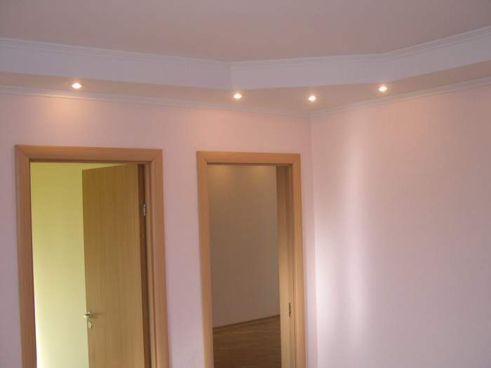 Навесные конструкции позволяют не только выровнять потолок, но и смонтировать врезные светильники