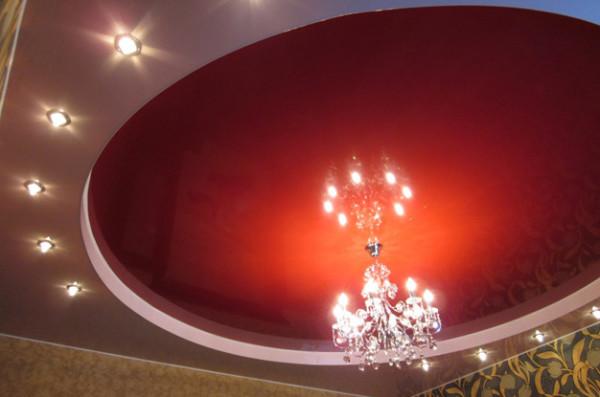 Не обязательно применять натяжные потолки по всему периметру потолка, умелое сочетание с гипсокартоном тоже может дать прекрасные результаты