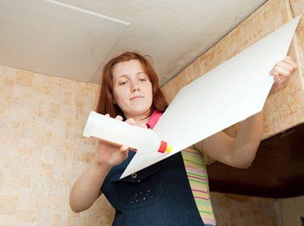 Небольшой вес плитки позволяет наклеить ее и прямо на побелку