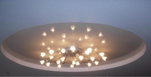 Низкопотолочная люстра с обычными лампами накаливания.