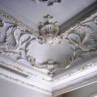 Гипсовые декоративные плинтуса в комбинации с потолочной лепниной