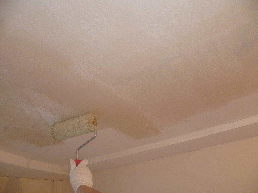 Действительно ли необходимо грунтовать потолок перед покраской? Для чего нужна эта операция?