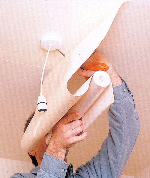 Потолки из обоев требуют проделки в обойной полосе отверстия в месте установки потолочного светильника (люстры)